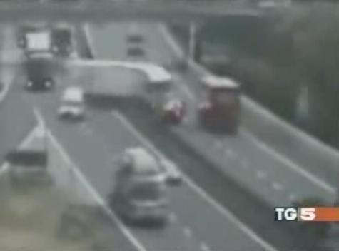 Un camion pour une raison inconnue, change de trajectoire, coupe un véhicule  en deux, traverse le m...