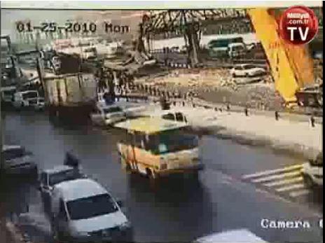 Un camion roule tranquillement sur l'autoroute  sauf qu'il a oublié de redescendre sa benne… devant ...