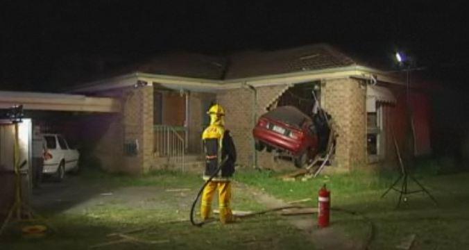 Une voiture qui s'écrase dans son lit L'homme survit par chance