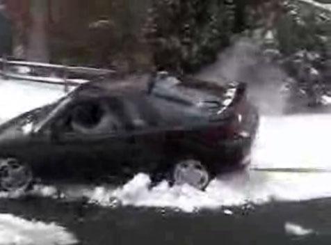 Un homme a sa voiture bloquée dans la neige et ses amis lui proposent de l'aider à la tirer de là. M...