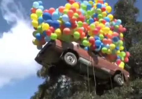 Vidéo d'une voiture volante avec ballons d'anniversaire Attention à la tête !